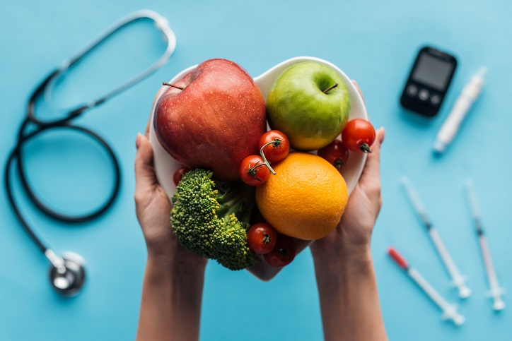 owoce trzymane w dłoniach